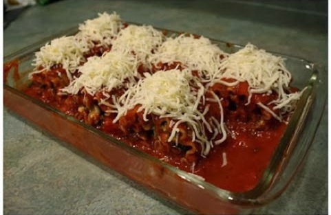 Preliti lazanje paradajz sosom, mozzarela sirom i prekriti folijom.