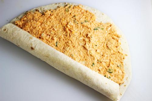 Premažite tortilje smesom od krem sira.