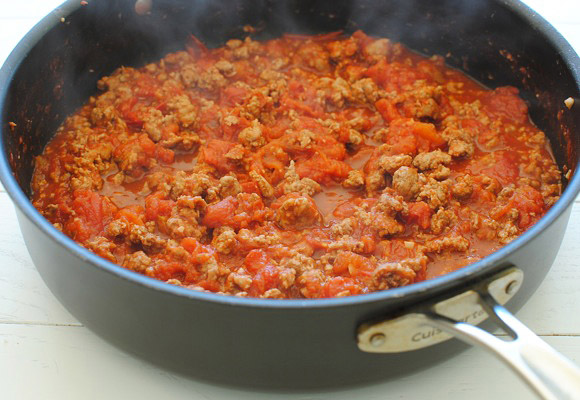Dinstanje mesa sa paradajz sosom.