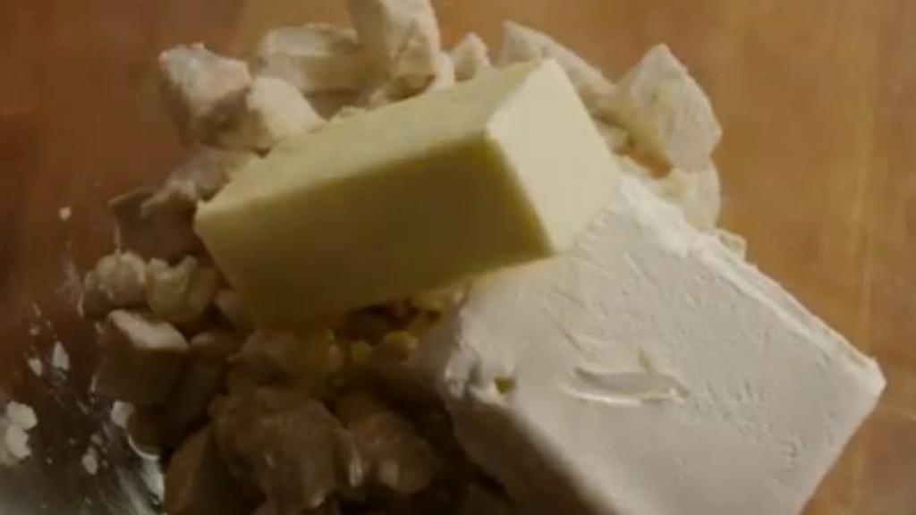 Dodati puter i krem sir i izmešati.