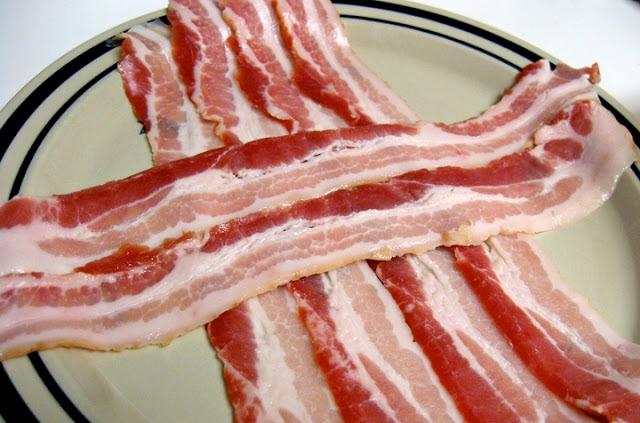 Poređajte slaninu.