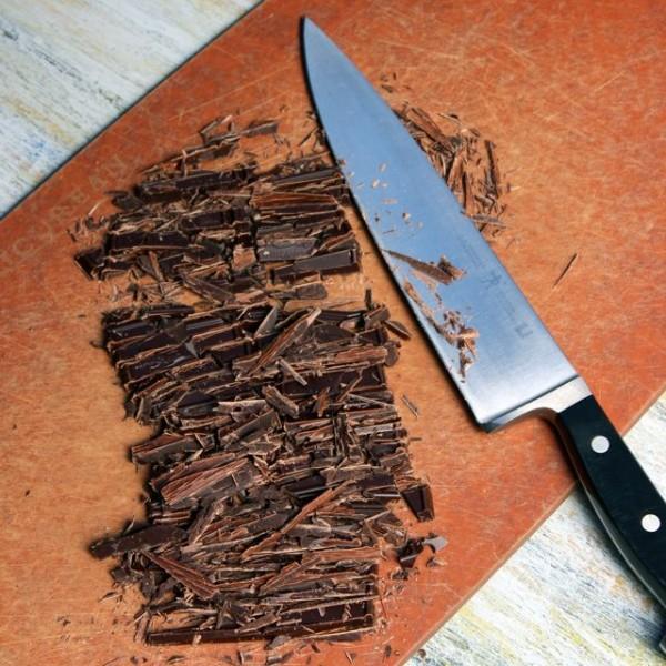 Iseckajte tamnu čokoladu
