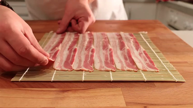 Poređati slaninu na podlogu.