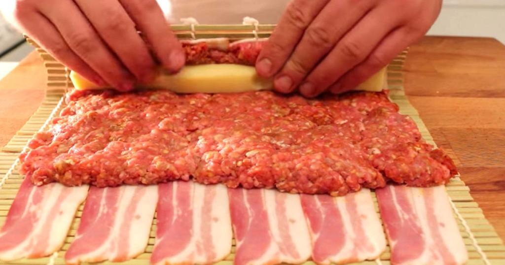 Na slaninu staviti mleveno meso i sir. Urolati.